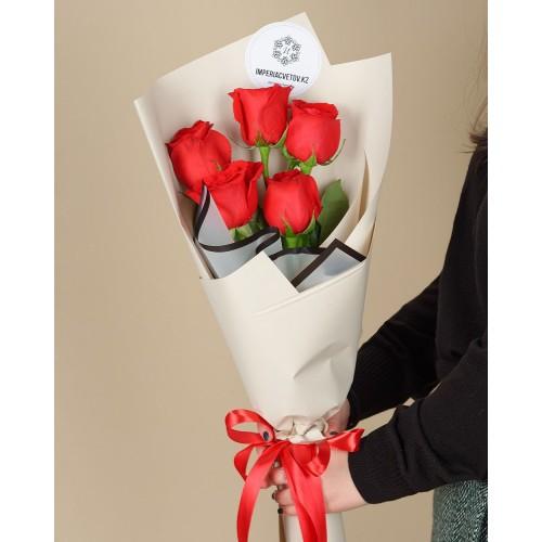 Купить на заказ Букет из 5 красных роз с доставкой в Аягозе