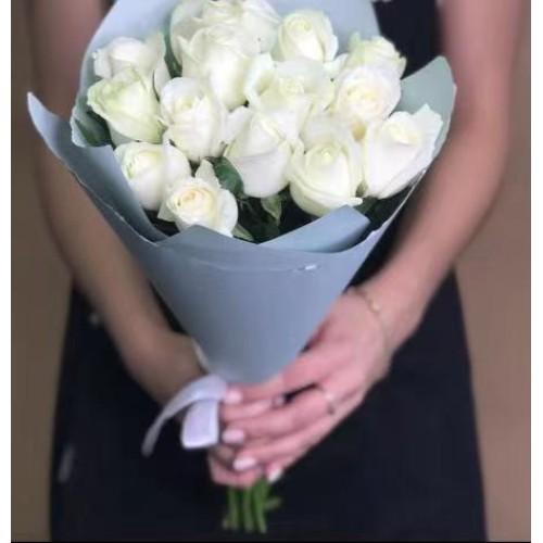 Купить на заказ 15 белых роз с доставкой в Аягозе